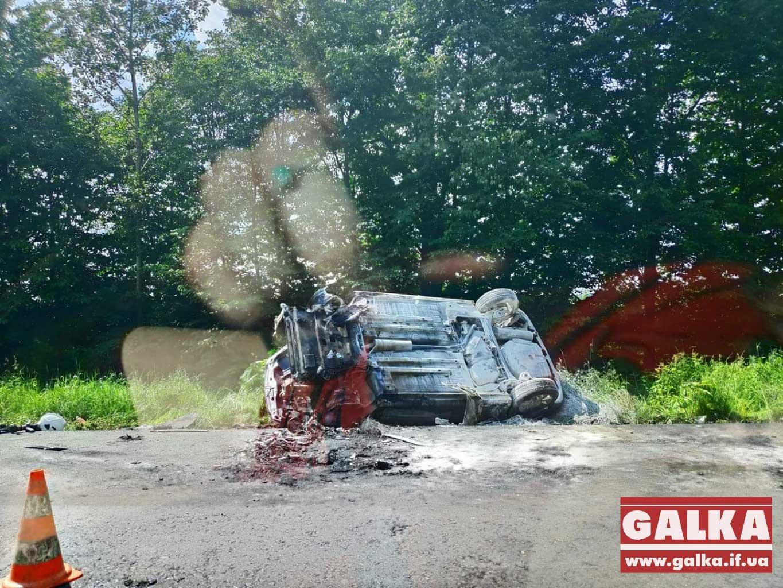 На Прикарпатті посеред дороги загорівся автомобіль (ФОТО, ВІДЕО)