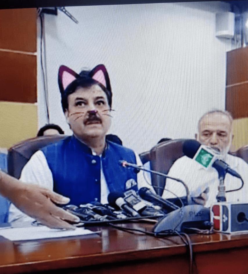"""У Пакистані урядовці перетворилися на """"котів"""" через випадково ввімкнений фільтр під час трансляції"""