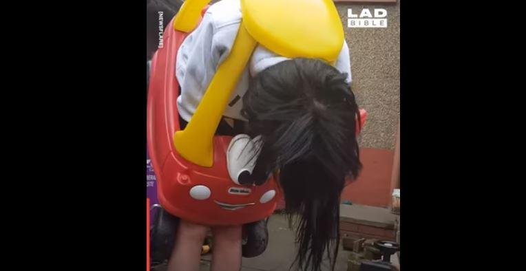 Шотландка застрягла у дитячому автомобільчику – його довелося розрізати на дівчині (ВІДЕО)