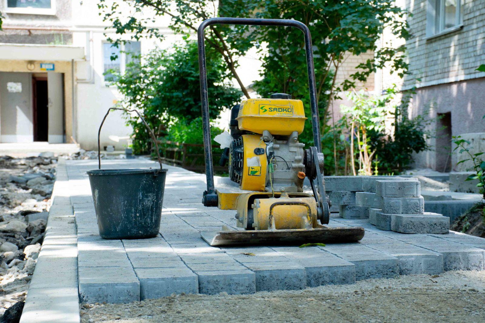 У Пасічній взялися за капремонт двору, який не відновлювали майже 40 років (ФОТО)