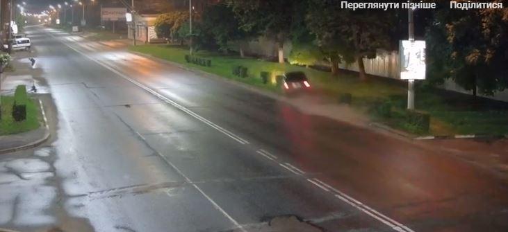 """У мережі з'явилося відео, як у Калуші водій євробляхи на швидкості """"скосив"""" два дерева (ВІДЕО)"""