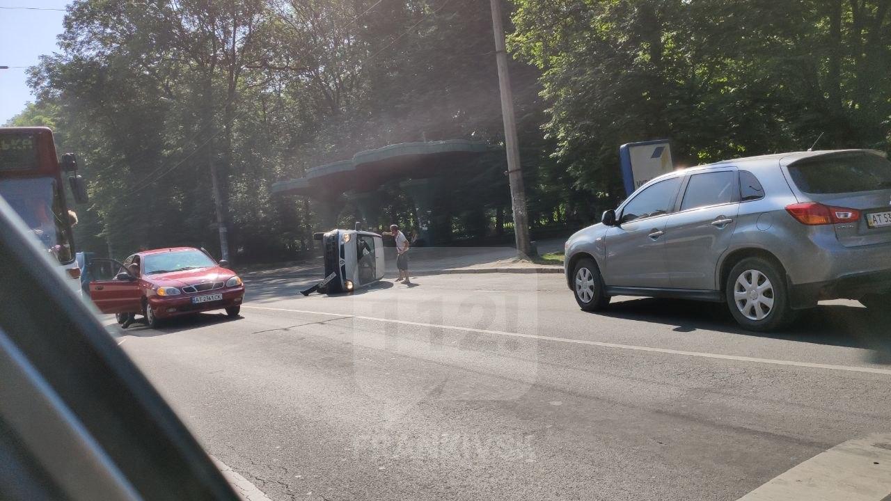 """У центрі міста водійка """"Ланоса"""" перевернула інше авто (ФОТОФАКТ)"""