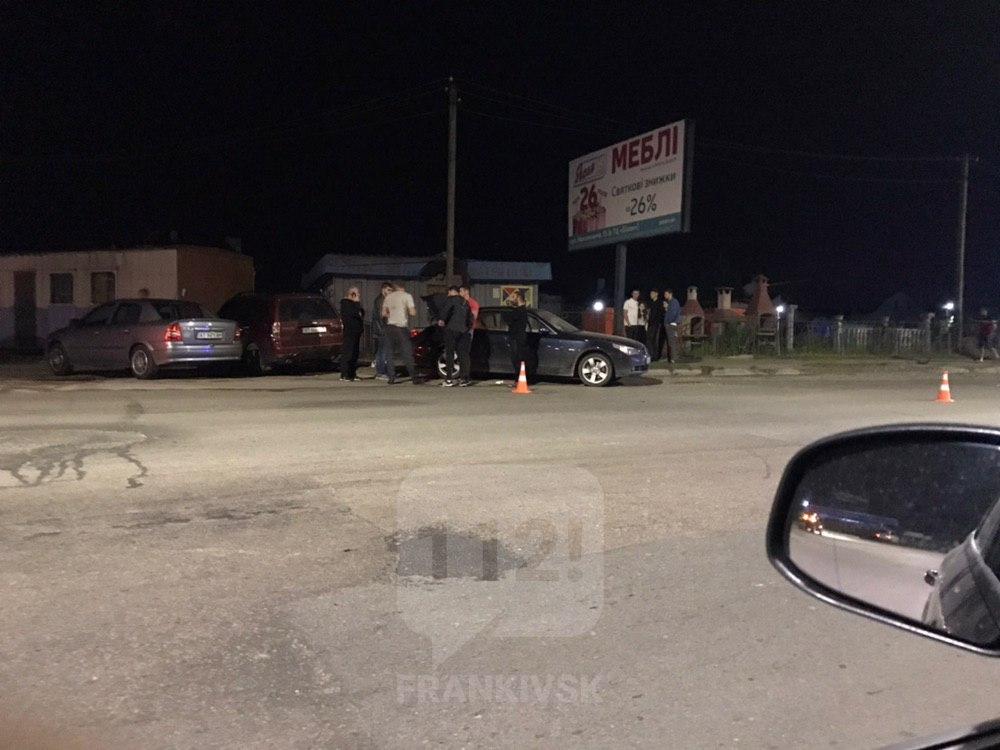 В ніч на неділю на Надрічній п'яний водій зніс електроопору та розбив дві машини (ФОТО)