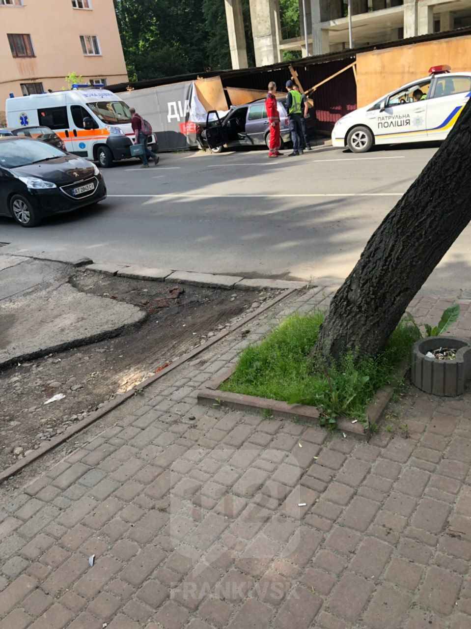 На Василіянок Фольксваген вилетів з дороги у тротуар і будівельний паркан (ФОТОФАКТ)
