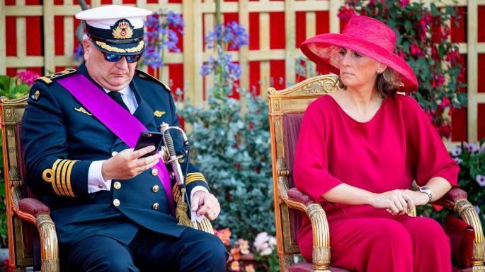 """Принц Бельгії проігнорував гімн на параді, """"зависнувши"""" у смартфоні (ФОТО)"""