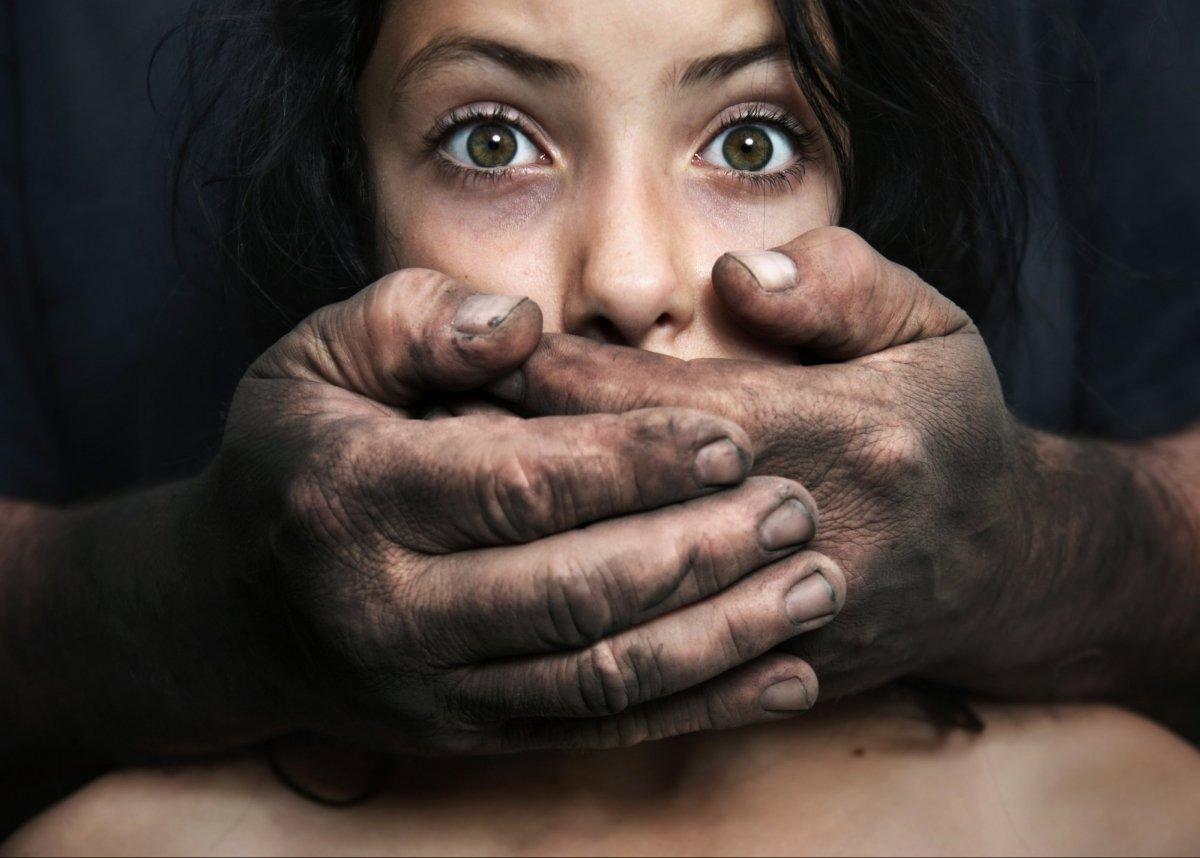 Дитина завагітніла від діда-ґвалтівника, поки матір працювала за кордоном