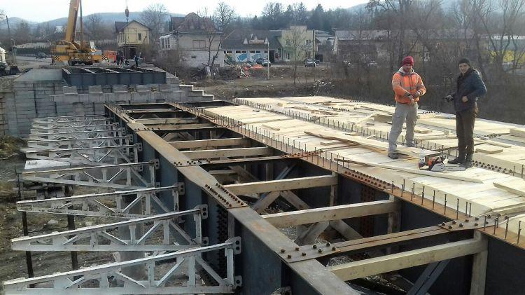 Вже вимальовується: як у Косові міст ремонтують (ФОТО)
