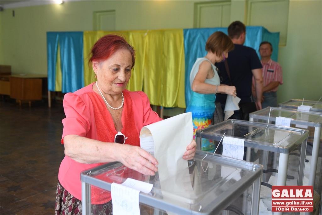 Старші люди активізувалися, а молодь не приїхала. Як голосують у франківській школі та студентському гуртожитку (ФОТО)