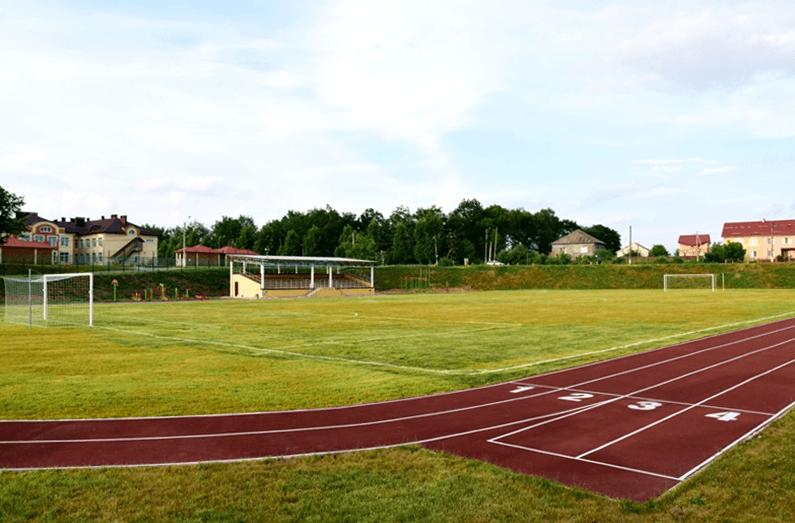 Бігові доріжки, тренажери і спеціальне покриття. В Угорниках відкрили оновлений стадіон (відеосюжет)