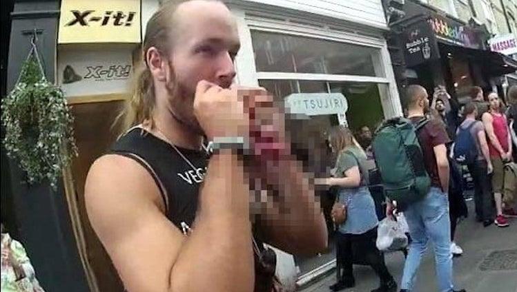 У Лондоні борці за права м'ясоїдів їли білок серед вулиці (ФОТО)