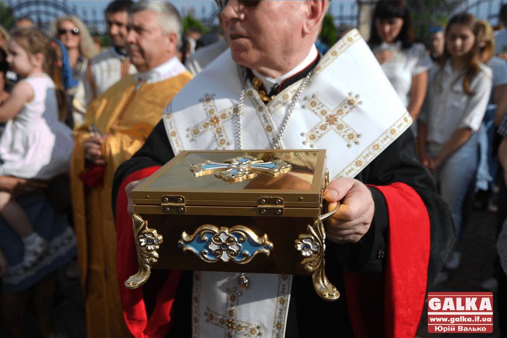 У Франківськ привезли мощі Святого Апостола Тадея: до святині прийшли сотні християн (ФОТО)