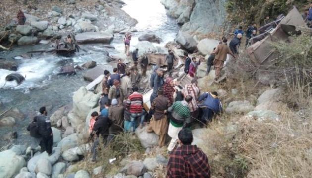 В Індії автобус впав в ущелину – понад 30 загиблих (ФОТО)