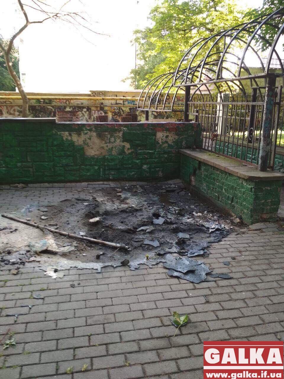 У Меморіальному сквері вандали спалили біотуалет (ФОТОФАКТ)