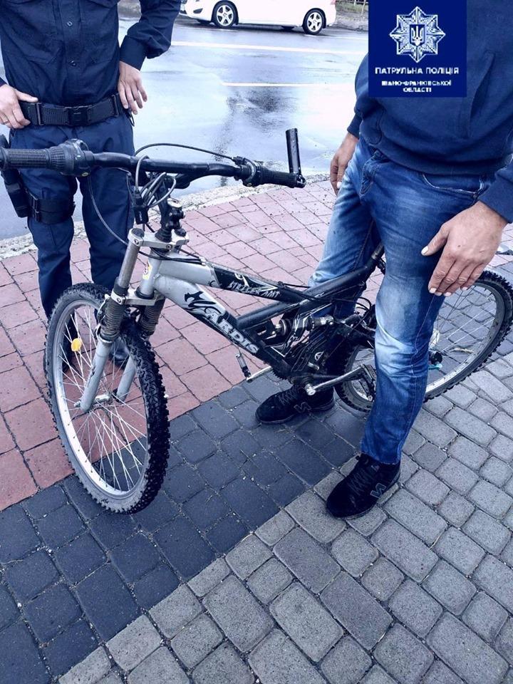 У Франківську в чоловіка вкрали велосипед. Патрульні спіймали ймовірного злочинця (ФОТО)