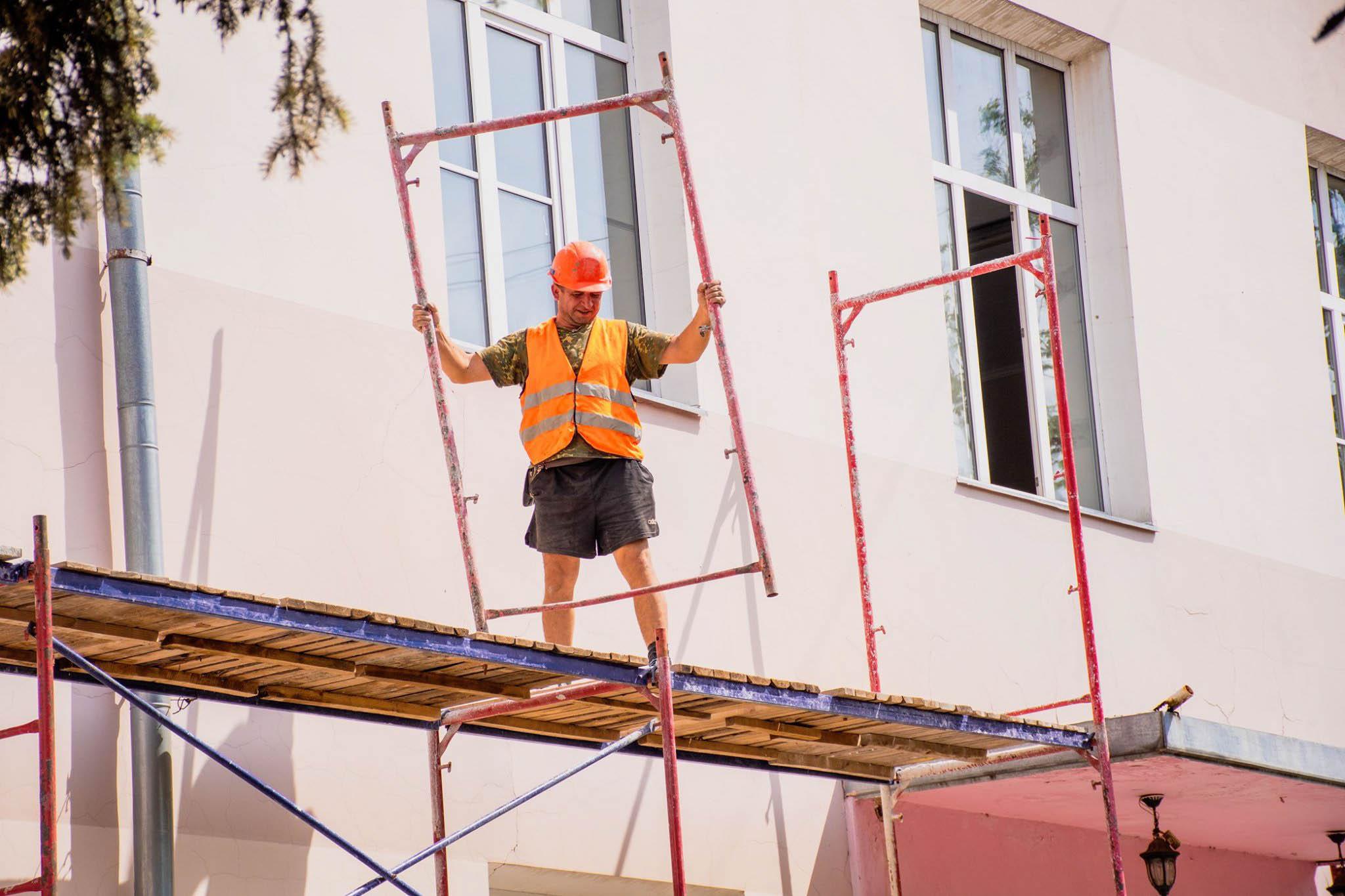У Франківську рятують сьому школу: укріплюють фундамент і вікна (ФОТО)