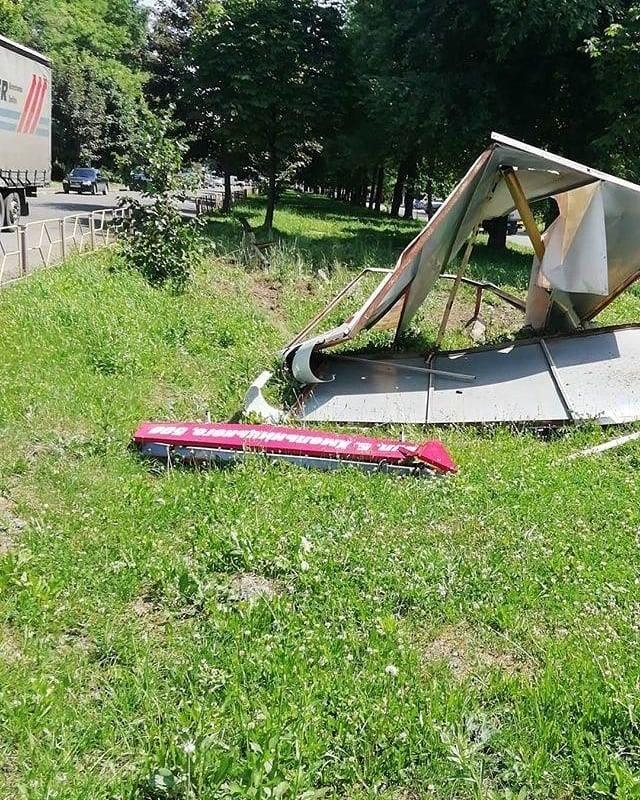 У Калуші юний водій Мерседесу виїхав з білбордом, є травмовані (ФОТО)