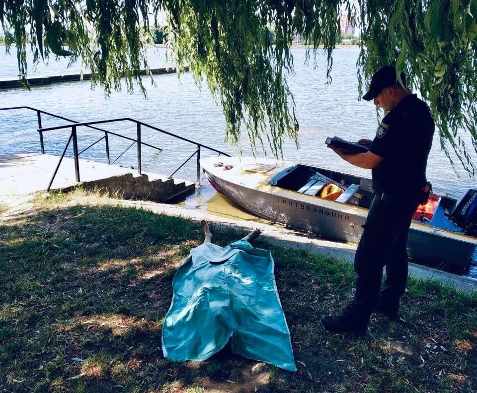 Поліція Івано-Франківська встановила особу жінки, яка втопилась у міському озері