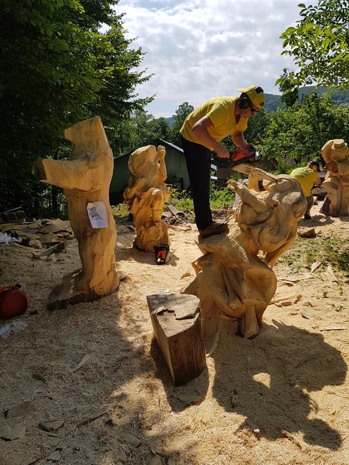 У Косові майстри з бензопилами створюють дивовижні дерев'яні скульптури (ФОТО, ВІДЕО)