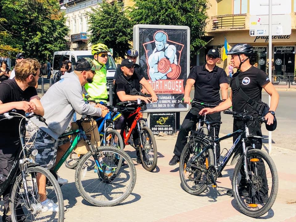 Керівники поліції зустрілися з місцевими велосипедистами і покаталися Франківськом (ФОТО, ВІДЕО)