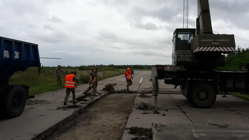 Військові інженери ремонтують руліжні доріжки летовища в Івано-Франківську (ФОТО)
