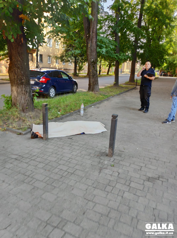 У Франківську посеред вулиці помер чоловік (ФОТО)