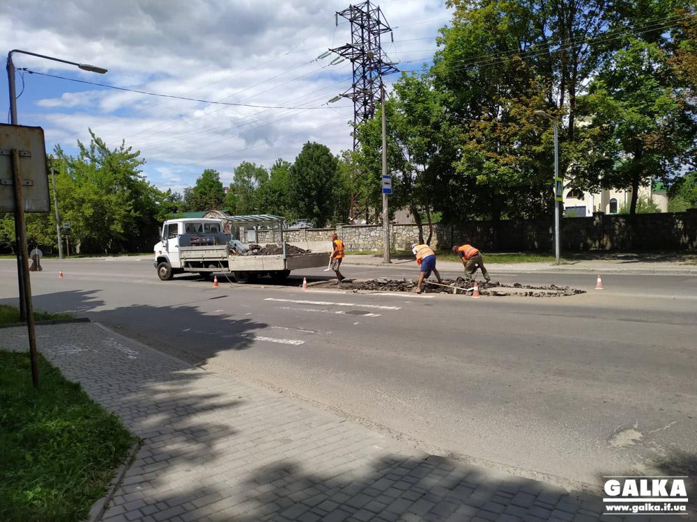 У Франківську на вулиці Довженка облаштовують острівець безпеки