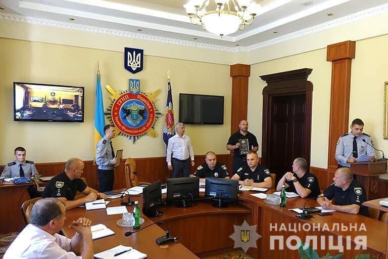 На Прикарпатті найкращі правоохоронці отримали подяки та чергові спеціальні званння