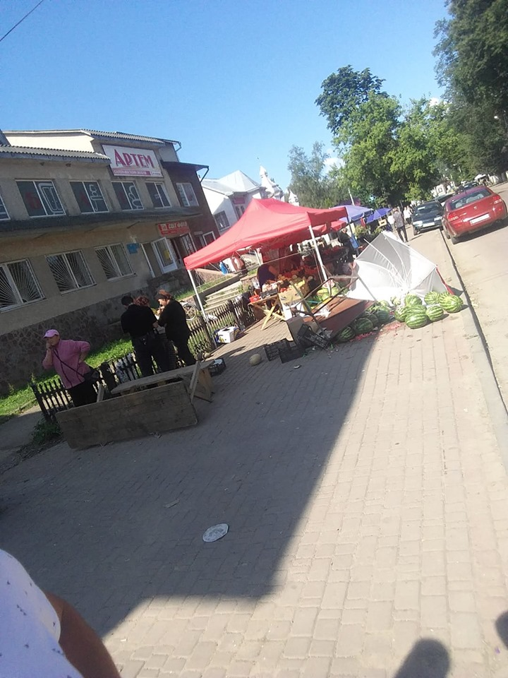 """""""Баштанні війни"""": на ринку в Перегінську торговець понищив кавуни конкуренту (ФОТОФАКТ)"""