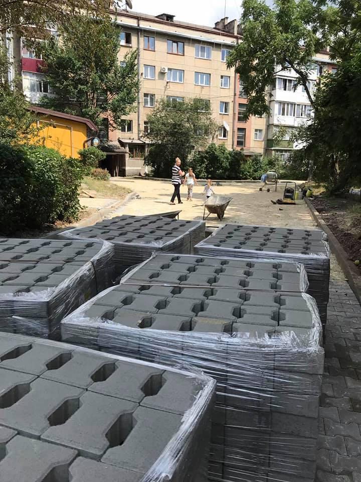 У міської влади дійшли руки до ремонту двору на куті Галицької-Набережної (ФОТО)