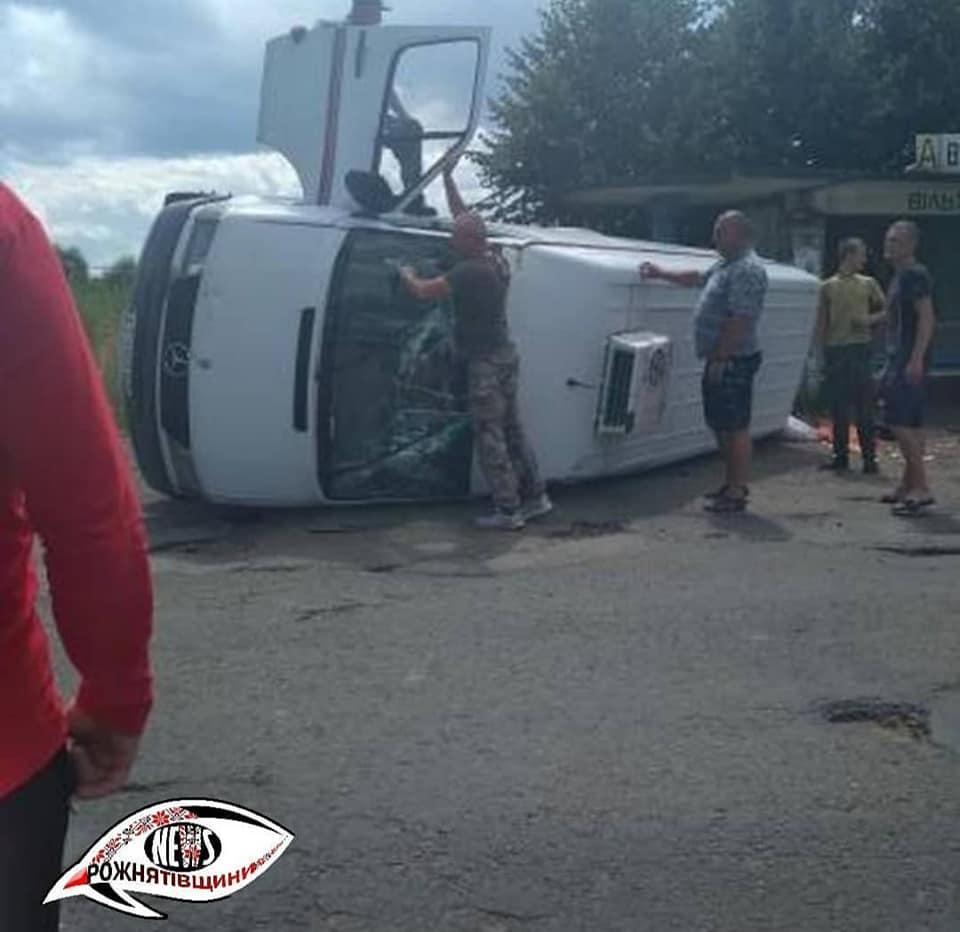 На Рожнятівщині люди допомогли п'яному водію підняти машину після ДТП і він поїхав далі (ФОТО)