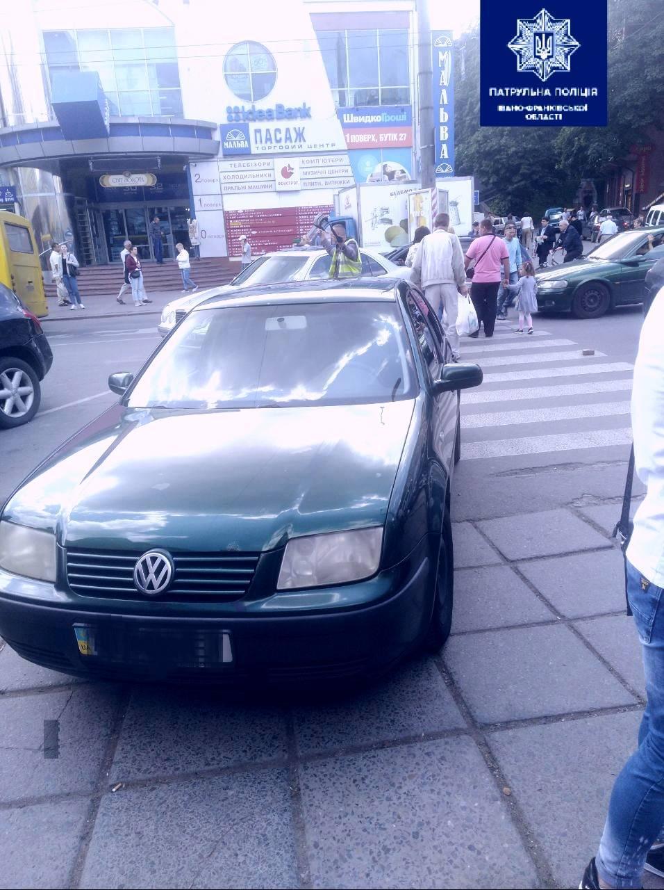 """На Дністровській евакуювали авто, яке водій припаркував на """"зебрі"""" (ФОТОФАКТ)"""
