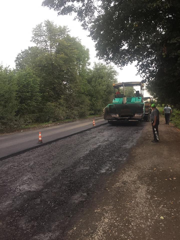 У селі на Косівщині ремонтують дорогу регіонального значення (ФОТО)