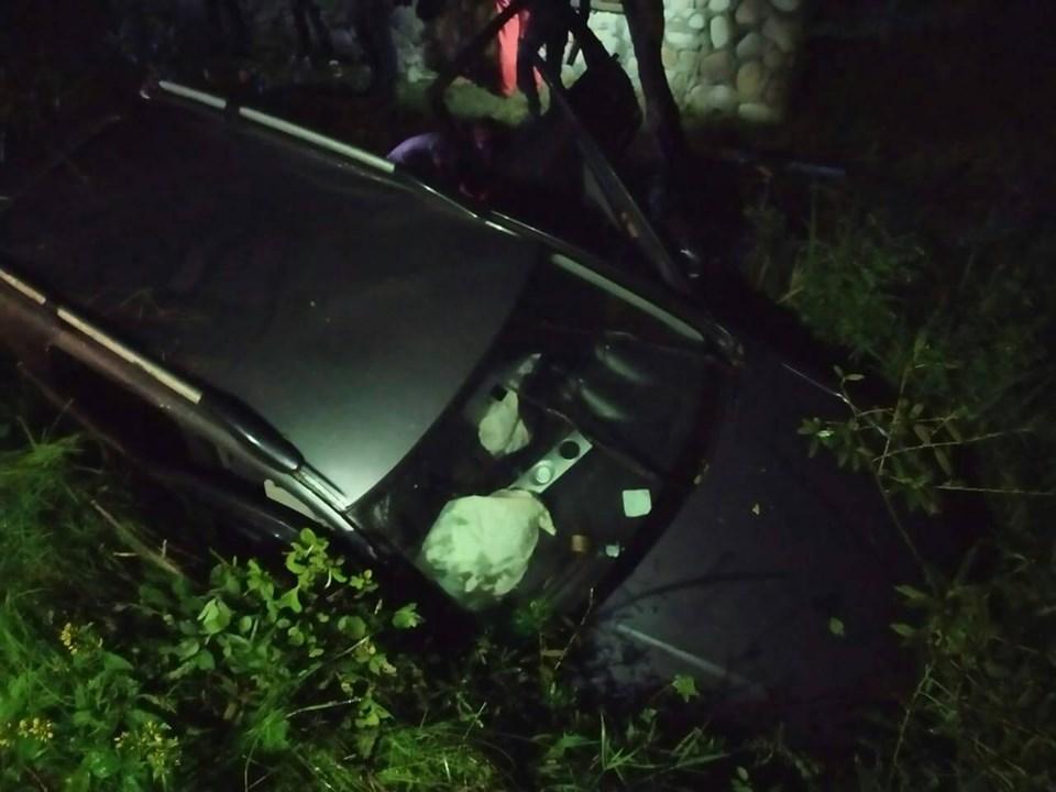На Долинщині автівка злетіла в кювет: пасажирів витягали рятувальники (ФОТО)