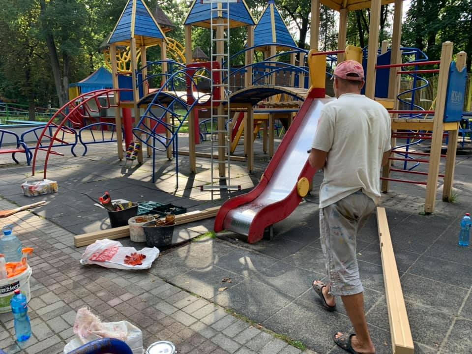 У парку Шевченка ремонтують великий дитячий майданчик (фоторепортаж)