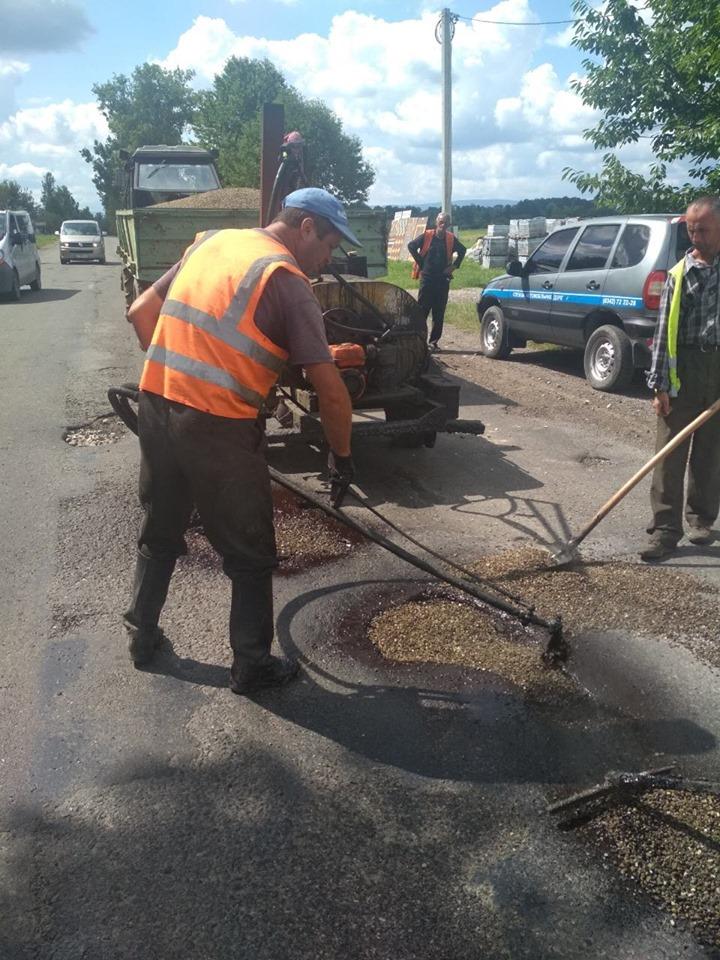 У селі на Коломийщині ремонтують дорогу регіонального значення (ФОТО)