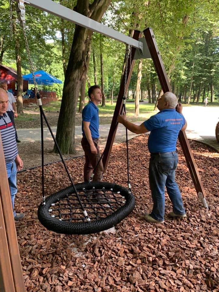 """""""Лелече гніздо"""": у міському парку Франківська з'явилася нова гойдалка для діток (ФОТО)"""