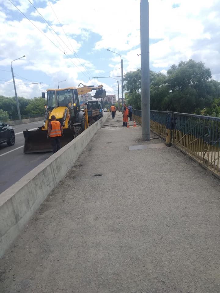 У Франківську латають пішохідну зону пасічнянського мосту (ФОТО)