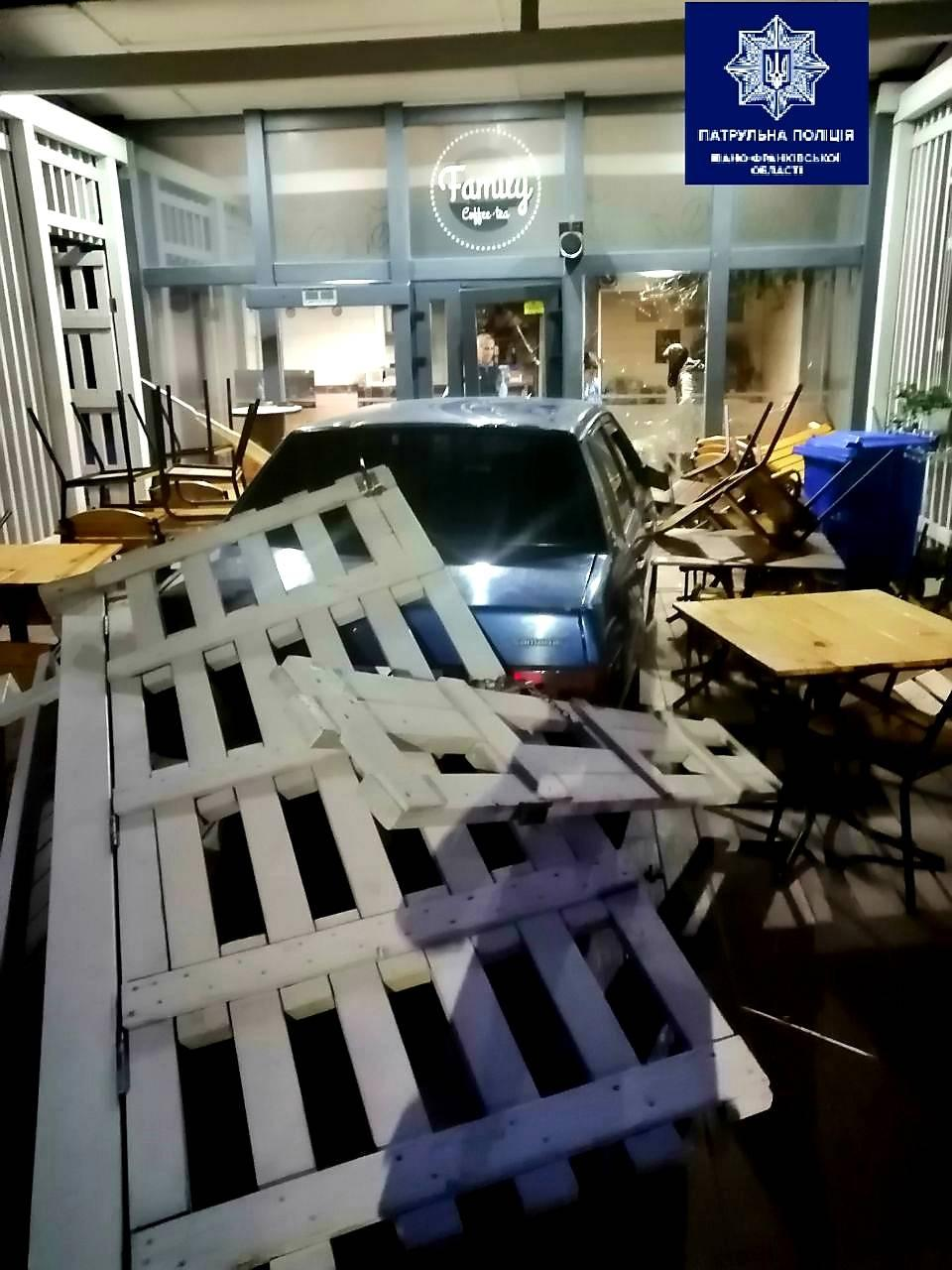 На Пасічній п'яний водій розтрощив кафе (ФОТО)