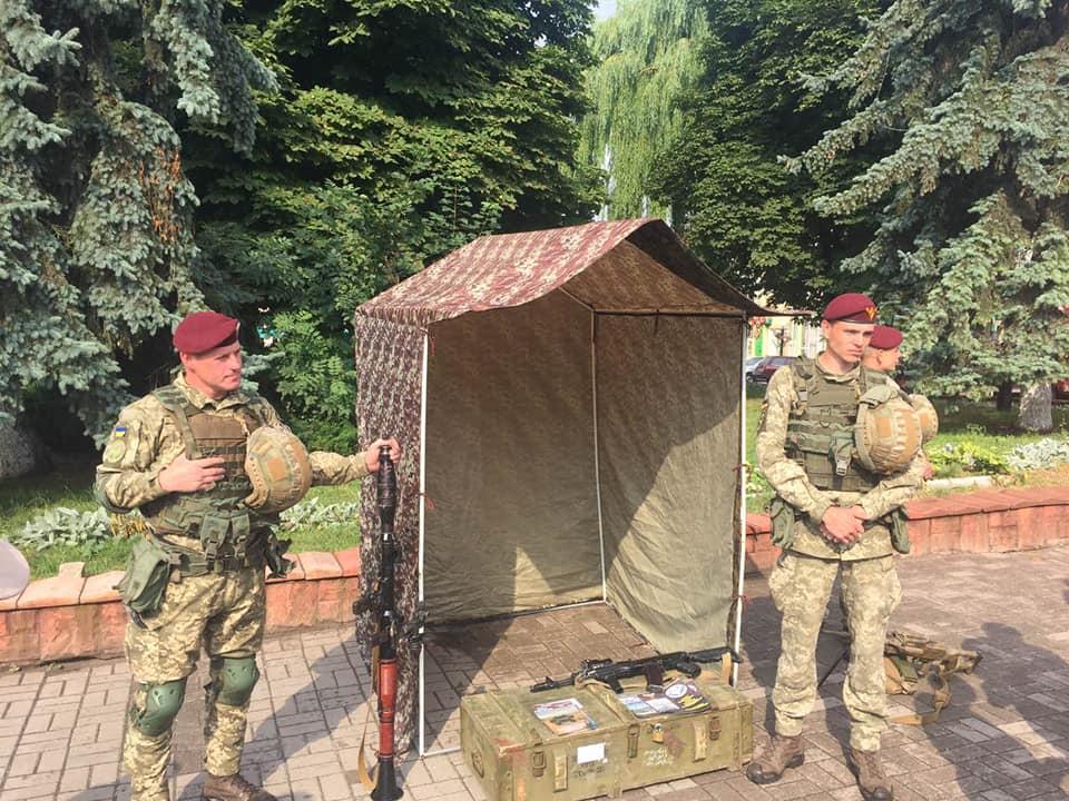 У Рогатині десантники 80-ої бригади агітували за контрактну службу (фоторепортаж)