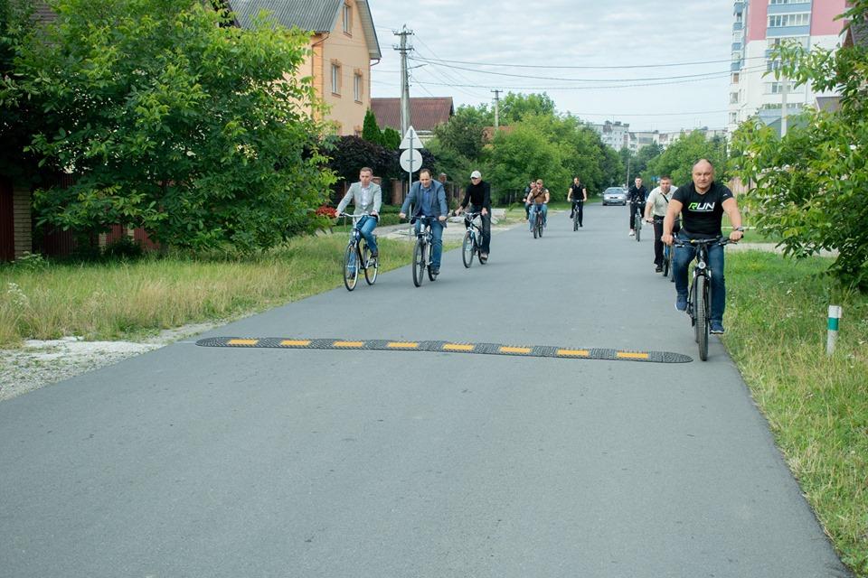Посадовці на велосипедах дісталися Вовчинців – шукали недопрацювання (ФОТО)