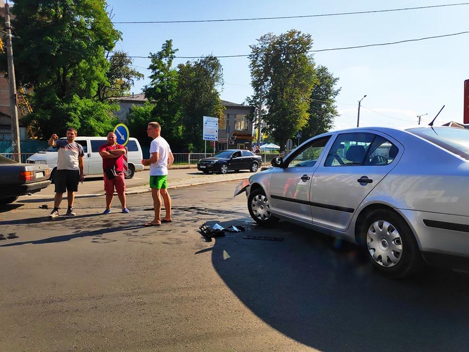 На одному з франківських перехресть зіткнулися дві автівки: рух транспорту ускладнено (ФОТО)