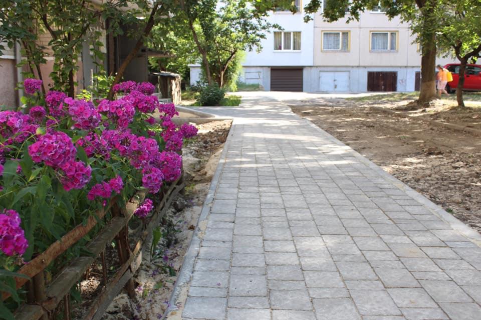 Черговий франківський двір отримав нові тротуари (ФОТО)
