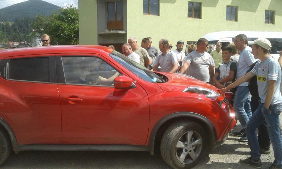 На Верховинщині люди третій день перекривають дорогу. Пускають по п'ять машин щогодини (ФОТО)