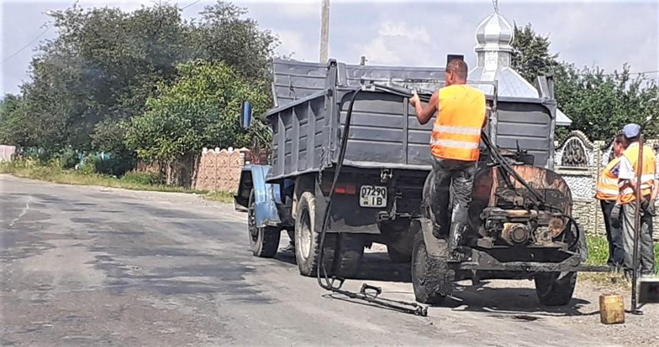 У селі на Богородчанщині ремонтують дорогу регіонального значення (ФОТО)