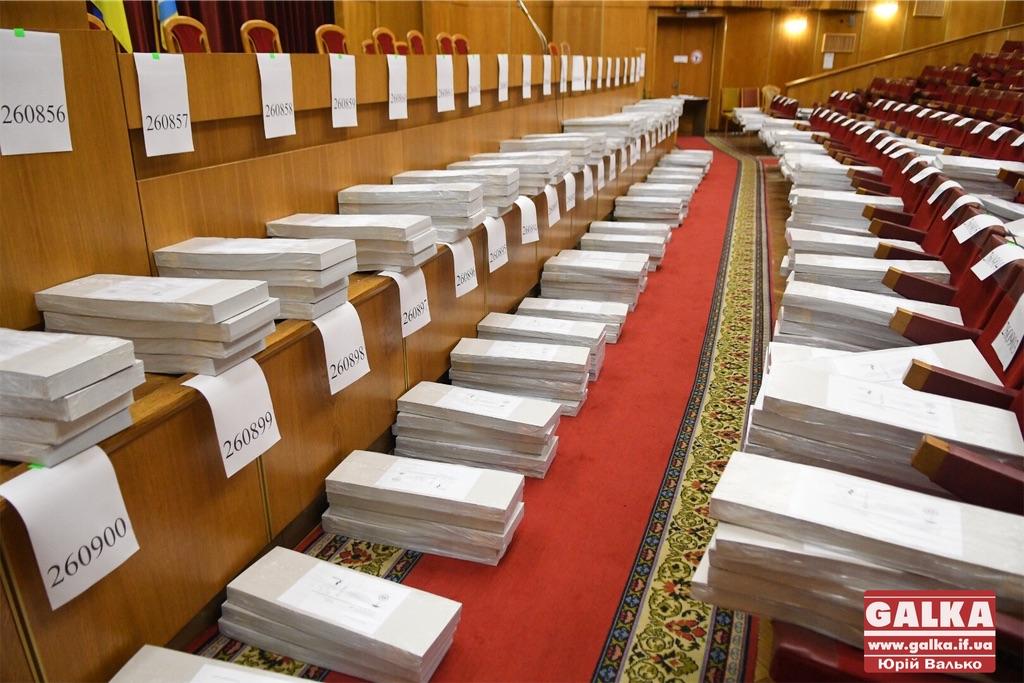 До Івано-Франківська привезли бюлетені для недільного голосування (фоторепортаж)