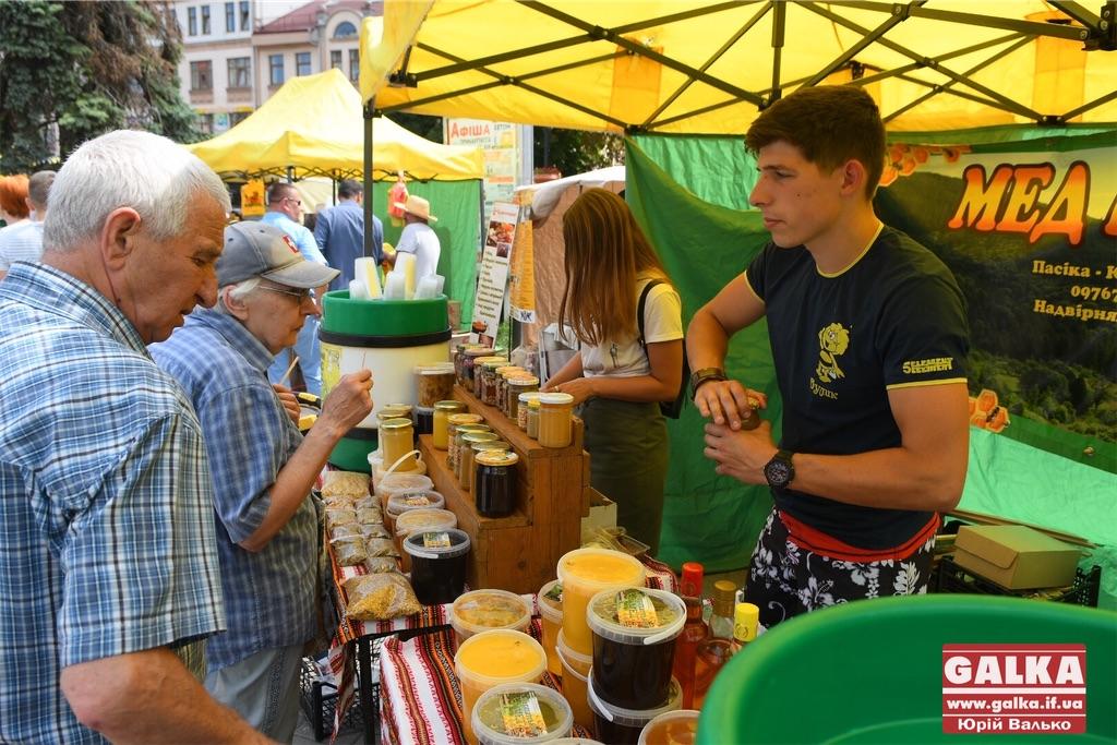 Солодкий медовий фестиваль розпочався у центрі Івано-Франківська (ФОТО)
