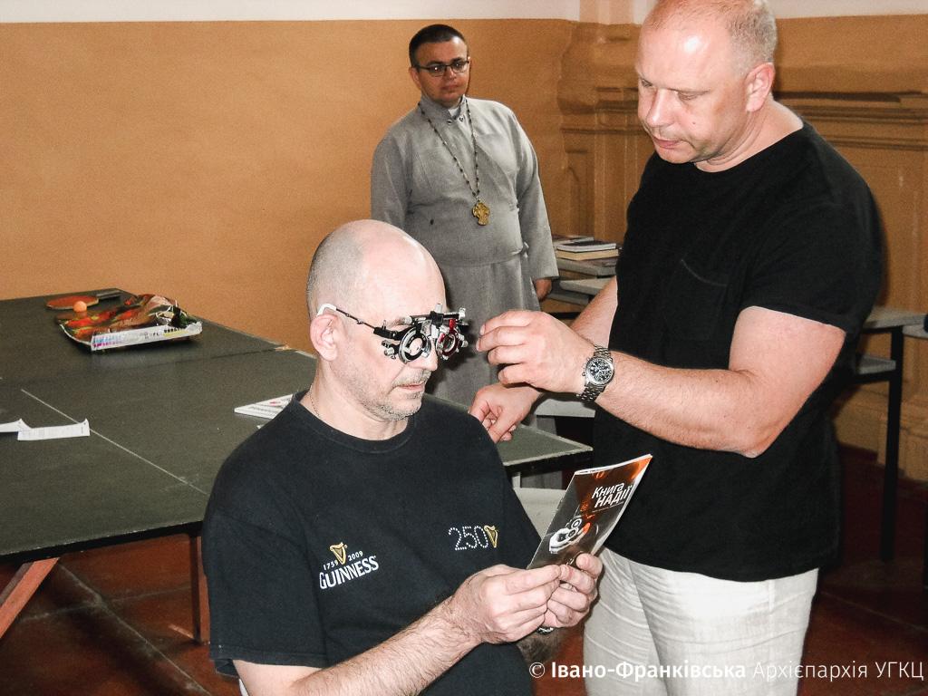 Ув'язненим тюрми в обласному центрі перевірили очі і подарували окуляри (ФОТО)