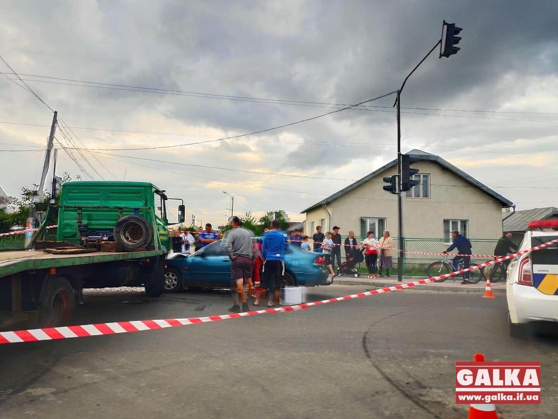 У Крихівцях евакуатор зіткнувся з легковиком, є травмований (ФОТО, ОНОВЛЕНО)