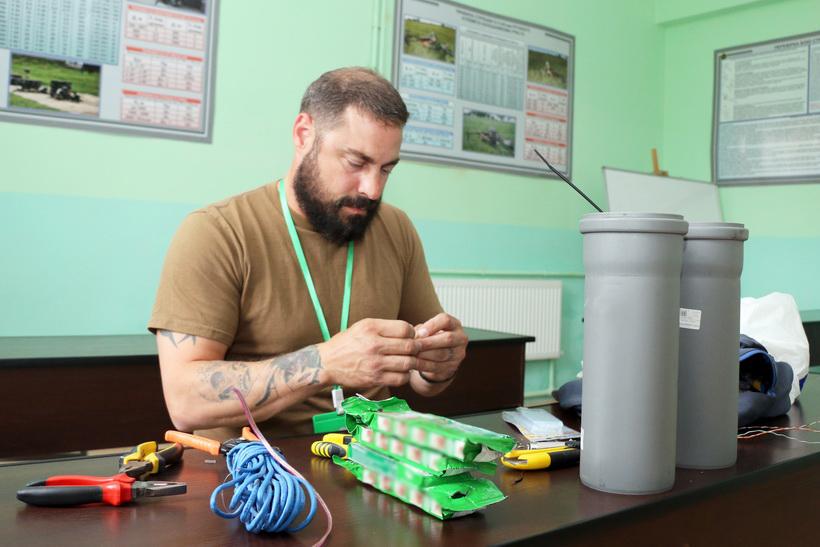На Прикарпатті канадські військові вчать українських, як правильно проводити розмінування (ФОТО)