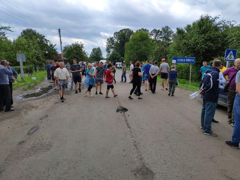 На Надвірнянщині мешканці знову перекрили дорогу. Вимагають ремонту (ФОТО, ВІДЕО)